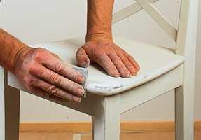 Når malingen er tørr, slip forsiktig på utvalgte steder slik at den originale brunfargen kommer til syne.