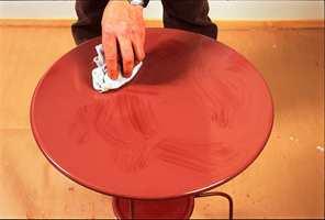 Mens malingen fortsatt er våt, bruk en fille til å tørke vekk malingen på enkelte partier, og bruk en fordriver til å lage myke overganger. Dette gir en lett skjoldete overflate.