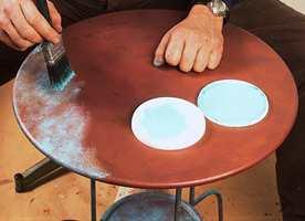 Den irrfargede malingen kan man få til ved å blande flere typer malinger. Her ble det brukt en klar, vanntynnbar panellakk tynnet med vann iblandet litt hvit vanntynnbar maling og kunstnerfarger i fargene smaragdgrønn/klargrønn, sort og oker/oksigul.