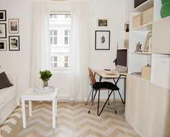 Tuva Sverdstad Eikås ga gjesterommet sjel med malte og beisede dekorstriper over en tynnet hvit beis.