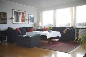 Stuen før: Ulike bilder, lampetter, teppe, puter,duk og gardiner sloss om oppmerksomheten.
