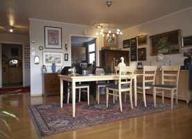 Spisestuen er en del av den store stuen. Før var den overfylt med møbler i ulik stil, og det var skyvedør inn til kjøkkenet.