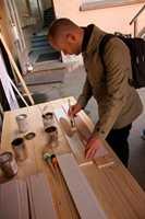 Christer Stenby fra nettstedet «Bygg og Bevar» er på plass for å lære om linoljemaling.