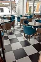 <b>SJAKK: </b>Baren er innredet med sjakkrutete gulv og komfortable stoler. I pub-delen, der den tidligere pianobaren var beliggende, har Dråpe Design vært med og utformet barløsning og blant annet valgt det sjakkmønstrede gulvet og møbler.