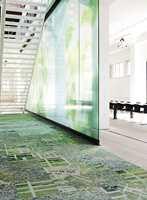Motivene spenner fra fotografiske bygningsmotiver og bykart, grafisk design inspirert av skilter, reklame og arkitektur til nærbilder av byens overflater i asfalt, metall og betong.