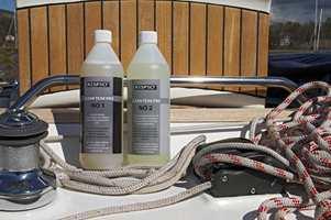 Trinn 1 fjerner olje og skitt. Behandlingen gir treet en mørk farge. Trinn 2 bleker treverket og nøytraliserer det.