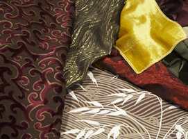 Blankt og mykt: Tapet med stråmønster, stoff med opphøyd velur, metallstoff fra Intag. Gult og andre farger i velur fra Green Apple.