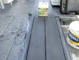Med et spesialmiddel renses og avfettes alle typer trekompositter.