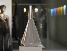 Vasen Cono med metallisk lakk. Produseres i ønsket farge og glans.