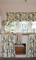 <b>BREDERE:</b> Korte gardiner gjør at rommet virker bredere. (Foto: Borge)