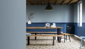 <b>LAVERE:</b> Horisontale linjer og farget tak bidrar til «å senke takhøyden». Rommet er malt med fargen Denim Drift fra Nordsjö. (Foto: Nordsjö)
