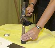 Stans ut hullene i tekstilet med spesialverktøy, eller bruk saks.