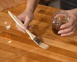 Rist oljen godt før du påfører. Bruk pensel eller fille til påføringen.