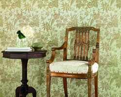 I tapetboken Classic Silks fra Storeys er det fugler i flere farger; hvit, beige, gull, rød/gull og blå/grønn som her.