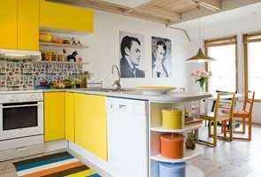 <b>FLERFARGET:</b> Her har gult fått følge av blått og oransje som støttefarger. Sort og hvitt er hovedfarger, men likevel oppleves rommet som gult. (Foto: NID/Nordsjö Idé og Design)