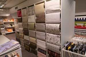 <b>MYK STEMNING:</b> I andre etasje hos Nysted finnes tapet, gardiner og solskjerming.