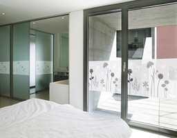 Folien slipper inn lys, samtidig som den hindrer sjenerende innsyn fra forbipasserende og pynter opp rommet.