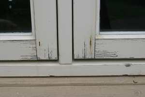 Når malingen på vinduene sprekker ved endeveden, er det på høy tid å ta fram malesakene. Egentlig burde du gjort det tidligere, så hadde du sluppet vannskader på treverket.