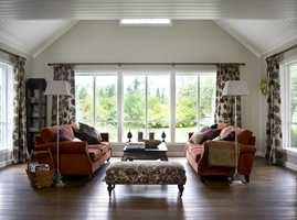 Jo mer himmel man ser fra rommet, jo mer dagslys får man. Slipper man inn mye dagslys, slik som i denne stuen, blir behovet for kunstig belysning på dagtid minimalt.
