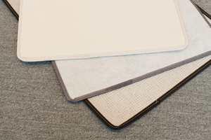 Teppenes bakside består enten av filt, tekstil eller miljøvennlig naturlateks.