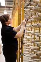 Skjøting av tråder er blant de få oppgavene som må utføres manuelt.