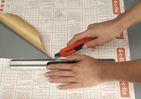 Bruk saks eller kniv med skarpt blad, og skjær fra baksiden.