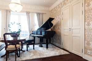 Se hvordan lister og rosetter bidrar til luksus i denne flotte villaen, og hvordan du kan gjøre det samme i ditt hjem.