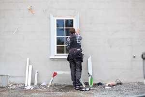 Profilerte omramminger i formstøpt PU-skum som monteres med lim kan gi fasaden på en glattpusset villa et realt løft.