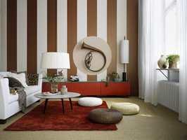 Veggen er malt i striper med Decor Metall i fargen Kanel 7 og matt veggmaling i fargen Grädde 26. Det er også malt en sirkel med matt veggmaling i fargen Latte 27.