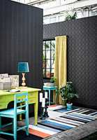 Mørke vegger gir dybdefølelse. Her med Decor Maison fra Fantasi Interiør.