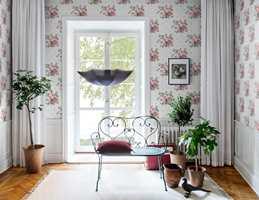 Designet Faded Rose finnes i hovedfargene rødt, rosa og grått.
