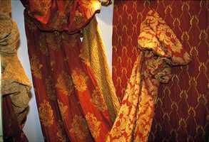 Varme farger og myke tekstiler i chenille med en strukturert overflate.