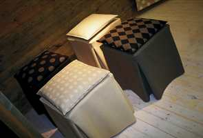 Naturfarger i moderne og elegante mønstringer. Tekstilene er i kombinasjonen ull/viscose/polyamid.