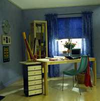 Blått hjemmekontor med morsomme vegger.
