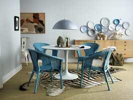 Gi møbler og detaljer nytt liv, og la dem skifte karakter i takt med lyset fra omgivelsene. Kurvstolene er malt med Decor Metall i fargen Hav 13, og lampeskjermen med Moln 16. Til tallmerkene har vi brukt både Decor Metall og matt lakk.