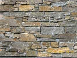 Seks ulike farger er å velge i og natursteinen er montert i moduler på et armert betongunderlag.