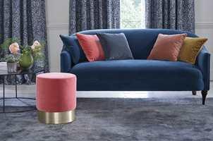 ABSORBERER: Velur egner seg godt til å dempe lyd. Her er både sofa, puter og puff i samme materiale, og teppet gjør også en god jobb i så måte. (Foto: INTAG)
