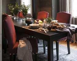 LYDBREMSER: Stoppede stoler, tapet på alle vegger, gardiner i vinduet og teppe på gulvet demper lydene i rommet. (Foto: Anne Manglerud/Green Apple)