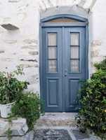 <b>DEMPET ELEGANSE:</b> Vakkert blåmalt mot stenveggen, i fargen Antikblå – fra Flüggers fargekart for vinduer og dører. (Foto: Flügger)