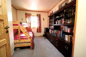 Jenterom før: Rommet var kjedelig og utdatert. Det gamle teppegulvet ble fjernet, og alt ble malt i nye farger.
