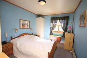 Soverommet før: For å fornye soverommet ble blant annet veggene malt i en lysere i farge. Fargen som ble brukt heter: Isbre IN-543/1008-R83b.