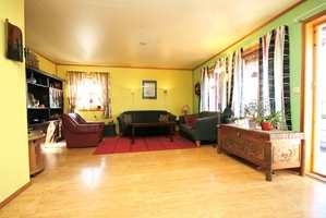 Stuen før: Fargevalget i stuen tilhørte en annen tid, og det markerte listverket stykket opp rommet.