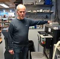 <b>ALLEMANNSEIE:</b> Roar Fragåt eier og driver Nordsjö-butikken i Prestfoss. Han vil dele ut måleren til kunder som kjøper mer enn 30 liter utendørsmaling.