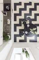 <b>MØNSTERLEGGING: </b>Ved å kombinere ulike formater og ulike farger er det enkelt å legge klikk-linoleum i spennende mønstre over gulvet.