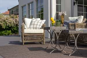 <b>LUNT:</b> Med et teppe som tåler vær og vind, blir terrassen en lun plass å oppholde seg. Dette uteteppet er Nature i fargen Brun fra Golvabia.