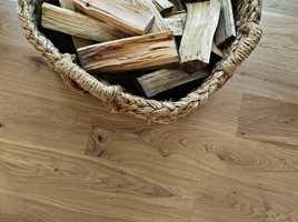 BRING NATUREN INN: Ekte tregulv av organisk materiale – det er ingen tvil om at parkett er et naturlig gulv valg for hytta. Tarkett har flere kolleksjoner i ulike farger, der treets naturlige variasjon blir forsterket i prosessen og gjør hver planke unik. Her ser vi gulvet Heritage i fargen Oak Blonde.