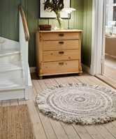 VARMT OG LITE: Teide er et rundt, lite ryeteppe i ull. Det har en rustikk stil med dekorative frynser. Teppet kommer i fire forskjellige farger i størrelsen ø 100 mm: antrasitt, beige, brun og grå. Her ser vi teppet i fargen beige.