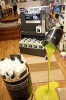 <b>TING OG TANG:</b> Bananfluemidler, lakkfjernere, maling og all verdens tapet. Utvalget er stort i den tradisjonsrike butikken.