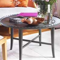 Møbler og andre elementer av tre endrer fullstendig karakter med noen strøk maling i nye farger.