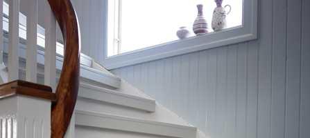Inn- og opptrinn har fått to ulike nyanser av grått, mens veggen bak er i en frisk blå farge.